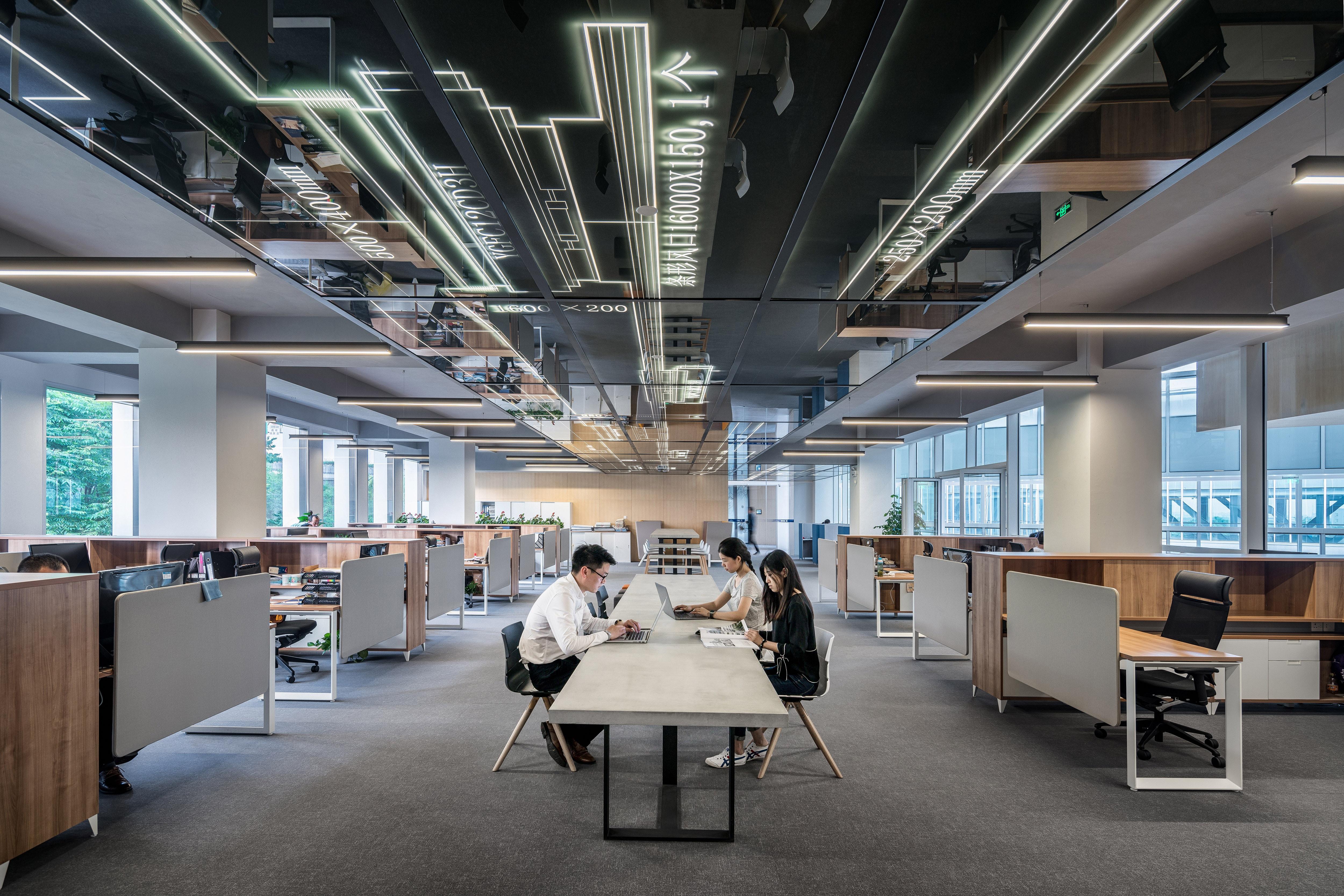 Grand espace de travail en commun avec quelques employés