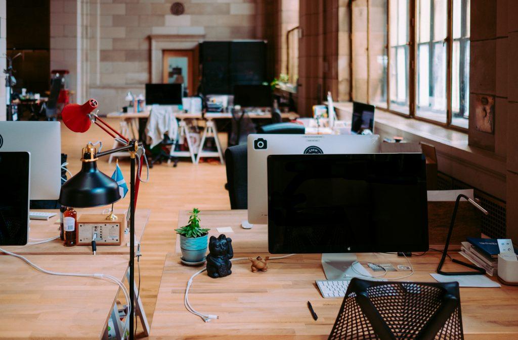 Salle de travail en commun avec bureaux en vis-à-vis