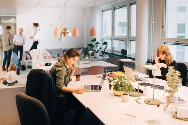 Bureau d'entreprise en openspace avec ordinateurs portables