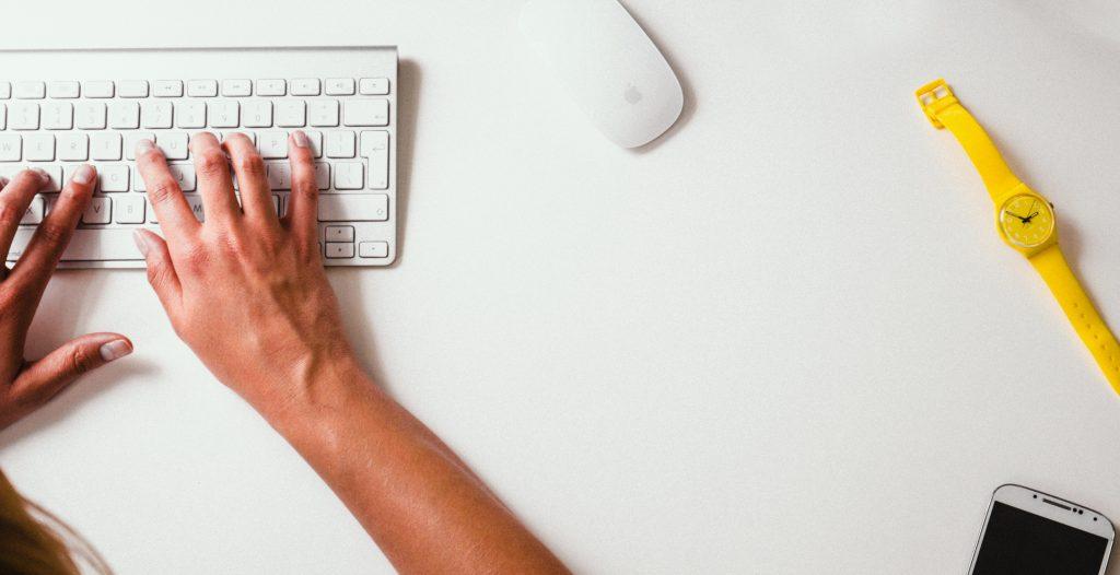 bureau avec un clavier utiliser pour la redaction sur un blog
