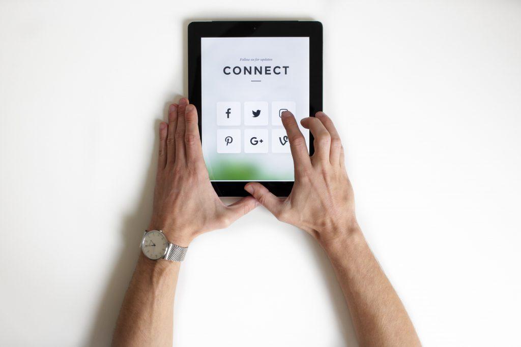 un ipad avec des icônes réseaux sociaux et le mot connect
