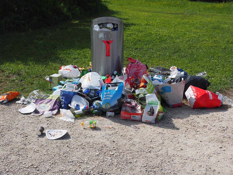 Poubelle qui déborde de déchets dans une entreprise
