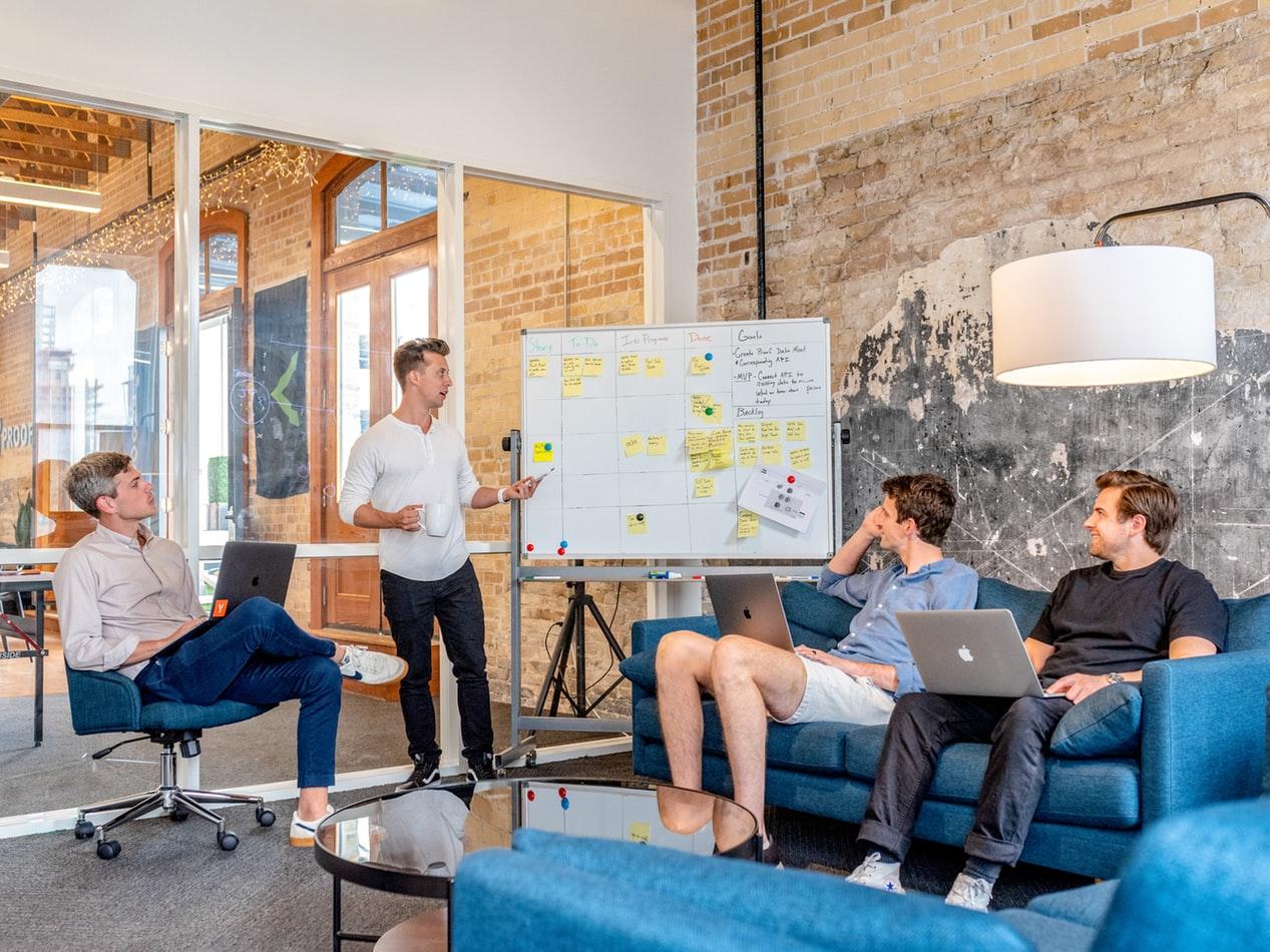 Collègues en réunion d'équipe pour planifier leur formation professionnelle
