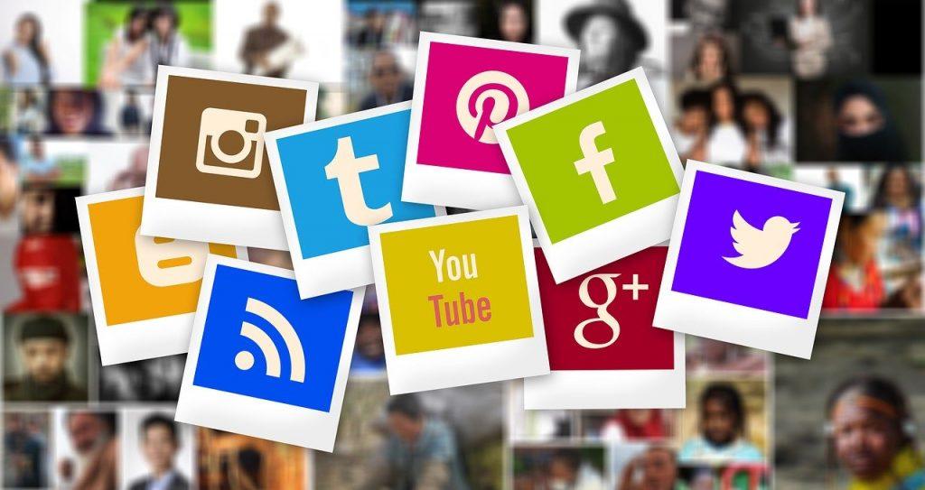 logos de différents réseaux sociaux sous forme de polaroids