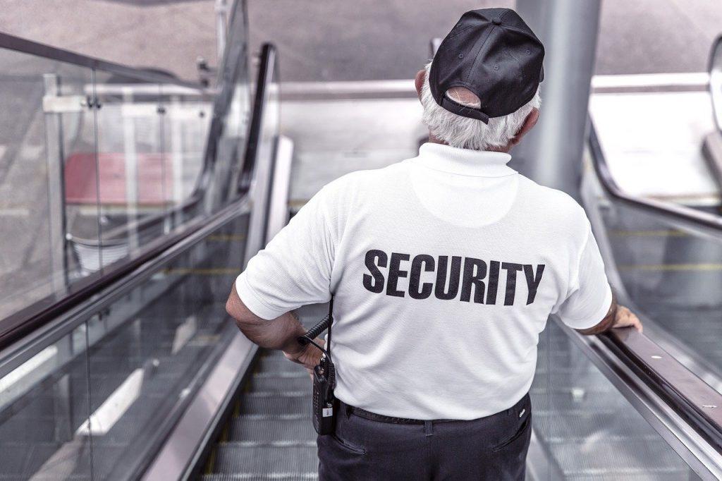 agent de sécurité dans un escalator